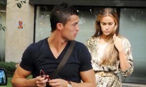 Bồ Ronaldo khổ sở vì váy ngắn