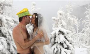 Đám cưới bikini trong băng tuyết phủ dầy