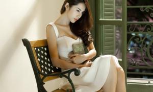 Chân dài 'retro hóa' showbiz Việt bằng midi skirt