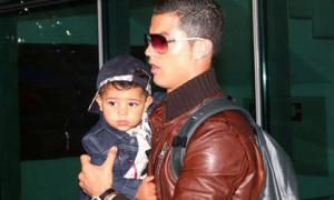 C.Ronaldo tay bồng tay bế quý tử