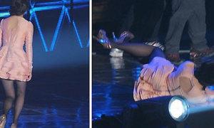 IU ngã 'dập hông' trên sân khấu