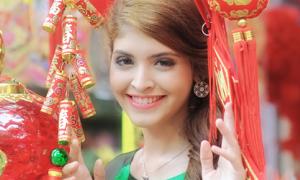 Andrea diện áo truyền thống Việt Nam chơi phố Tết