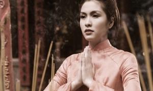Tăng Thanh Hà đi chùa đầu năm