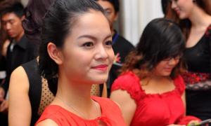 Phạm Quỳnh Anh váy đỏ rực xuất hiện lần đầu sau lễ cưới