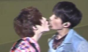 Tae Min, Min Ho (SHINee) hôn nhau gián tiếp