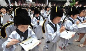 Học sinh đến miếu Khổng Tử 'khai bút phá mông'
