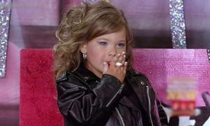 Bé gái 4 tuổi phì phèo thuốc lá