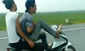 Thanh niên lái xe bằng chân bị triệu tập