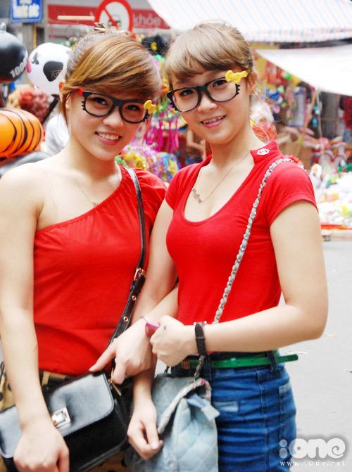 nu-sinh-khoe-dang-tren-hang-ma-2-855657-