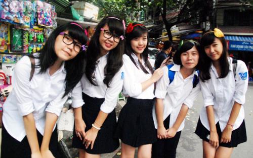 nu-sinh-khoe-dang-tren-hang-ma-3-220374-