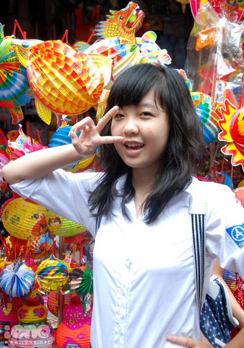 nu-sinh-khoe-dang-tren-hang-ma-5-484913-