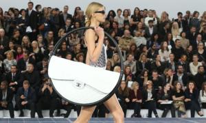 Bản tin: Chanel giải thích lý do thiết kế túi xách khủng
