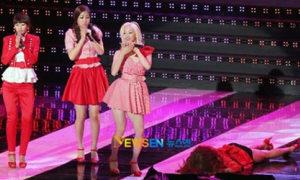 Clip sao Hàn 'hôn' sân khấu bằng vòng ba