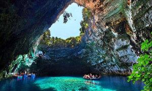 Du ngoạn đến động nước xanh tuyệt đẹp ở Hy Lạp