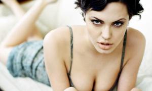 Ngắm Angelina Jolie ngực căng tròn quyến rũ