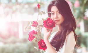 Diễm Trang làm điệu với hoa hồng