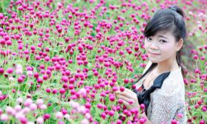 Nữ sinh đạt giải Quốc gia xinh xắn bên hoa