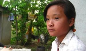 Cô bạn 14 tuổi mò cua bắt ốc nuôi mẹ bệnh