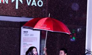 Hà Hồ đội mưa đi diễn ở bar