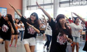 Amsers hào hứng nhảy tranh tài Đại sứ quốc tế