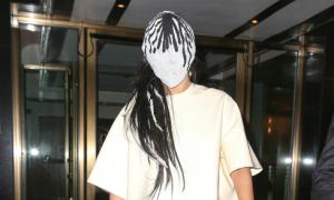 Bản tin: Lady Gaga đeo mặt nạ kín mít ra đường