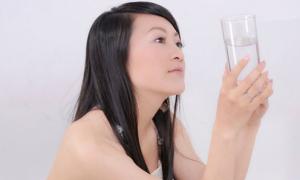 Uống nước trị mụn trứng cá