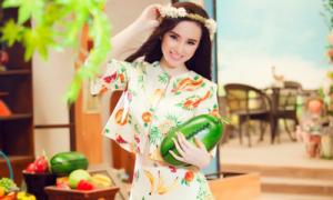 Phương Trinh khoe eo thon với áo lửng