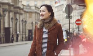 Mai Phương Thúy diện áo lông cổ điển dạo phố Paris