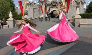 Mẹ may váy, biến con thành công chúa Disney