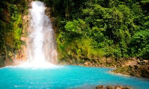 Ngỡ ngàng dòng thác xanh biếc đẹp như cổ tích