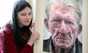Thiếu nữ vẽ chân dung đẹp y ảnh chụp