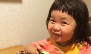 1001 kiểu mặt xấu siêu kute của cô nhóc háu ăn