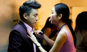 Bạn gái hot girl ân cần cài cúc áo cho Lam Trường