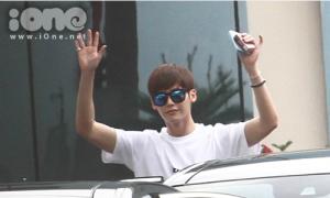 Lee Jong Suk tươi rói chào fan Việt