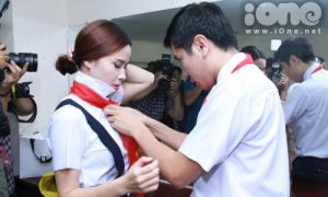 Vợ chồng Giang Hồ tình cảm thắt khăn quàng đỏ cho nhau