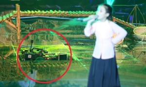Sân khấu 'Voice nhí' bị vỡ bất ngờ