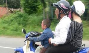 Cậu bé vi vu xe máy chở bố mẹ gây bức xúc