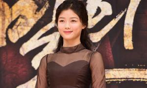 Hot or not: Sao Hàn 15 tuổi già dặn với váy nâu