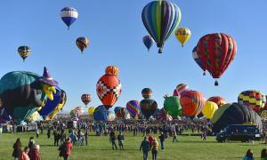 Choáng ngợp cảnh 700 khinh khí cầu lơ lửng giữa không trung
