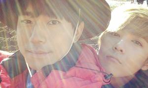 Sao Hàn 29/10: Lee Hong Ki ôm bạn diễn nam sưởi nắng tình cảm