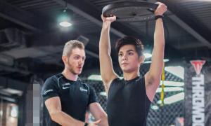 Sơn Ngọc Minh toát mồ hôi tập gym cùng trai đẹp