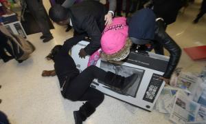 Hỗn loạn giành giật hàng giảm giá ngày Black Friday