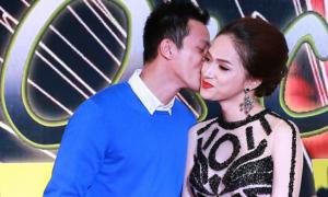 Hương Giang Idol từ chối hôn bạn trai nơi đông người