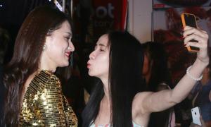 Hương Giang Idol hoảng hốt khi fans đòi hôn
