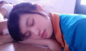 Nữ sinh ngủ gật trong lớp bị 'truy tìm' vì quá xinh