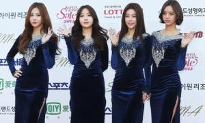 Những bộ đồng phục 'sến' khó tả của girlgroup Hàn