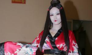 Đông Nhi mặt trắng bệch, môi đỏ chúm chím khác lạ vì hóa Geisha