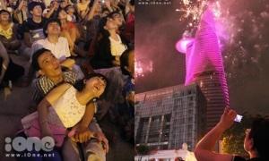 Bạn trẻ Sài thành nằm dài trên phố đi bộ Nguyễn Huệ ngắm pháo hoa
