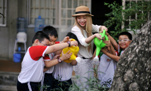 Mi-A sung sướng tưới cây cùng học sinh tiểu học