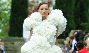 Lê Thuý 'gồng mình' trình diễn váy gắn 200 hoa hồng